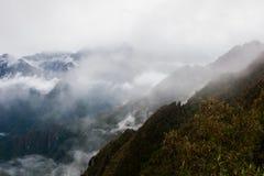 Πανοραμική άποψη των Άνδεων στην υδρονέφωση Περού τρισδιάστατος νότος τρία απεικόνισης αριθμού της Αμερικής όμορφος διαστατικός π Στοκ φωτογραφίες με δικαίωμα ελεύθερης χρήσης