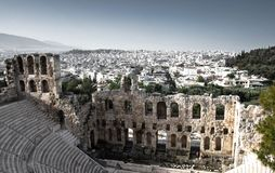 Πανοραμική άποψη των άσπρων κτηρίων και το Odeon του θεάτρου πετρών Herodes Atticus κάτω από την ακρόπολη στην Αθήνα, Ελλάδα στοκ εικόνα