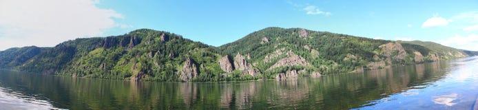 Πανοραμική άποψη των απότομων βράχων και του ποταμού Yenisei Στοκ Εικόνα