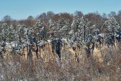 Πανοραμική άποψη των απότομων βράχων Στο πρώτο πλάνο ένα χιονώδες δασικό lago-Naki, η κύρια καυκάσια κορυφογραμμή, Ρωσία στοκ φωτογραφίες με δικαίωμα ελεύθερης χρήσης