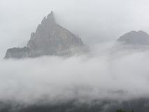Πανοραμική άποψη των βουνών στην ομίχλη Στοκ Εικόνες