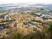 Πανοραμική άποψη των βουνών στη Δημοκρατία του Άγιου Μαρίνου στο πρόωρο μ Στοκ Εικόνα
