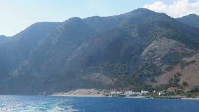 Πανοραμική άποψη των βουνών της Κρήτης Ελλάδα της λιβυκής παραλίας οδήγηση με μια βάρκα εμπρός από το φαράγγι Samaria προς το χωρ απόθεμα βίντεο