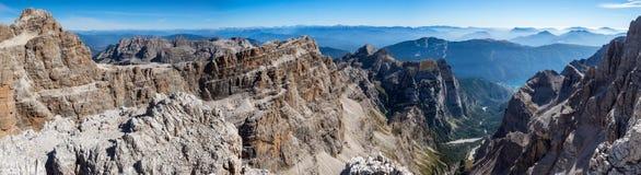 Πανοραμική άποψη των διάσημων αιχμών βουνών δολομιτών, Brenta στοκ εικόνες