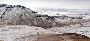 Πανοραμική άποψη των ελαφριών χιονοπτώσεων στη χρυσή πύλη δεδομένου ότι καλύπτει τα βουνά Drakensberg σε ένα κρύο πρωί Στοκ εικόνες με δικαίωμα ελεύθερης χρήσης