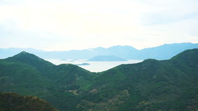 Πανοραμική άποψη των καταπληκτικών όμορφων βουνών Λίγο νησί στη λίμνη φιλμ μικρού μήκους