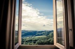 Πανοραμική άποψη των κυλώντας λόφων Chianti μέσω ενός παραθύρου στα ξημερώματα στοκ φωτογραφίες