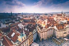 Πανοραμική άποψη των στεγών και των θόλων της Πράγας cesky τσεχική πόλης όψη δημοκρατιών krumlov μεσαιωνική παλαιά Ευρώπη Στοκ Φωτογραφία
