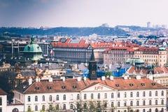 Πανοραμική άποψη των στεγών και των θόλων της Πράγας cesky τσεχική πόλης όψη δημοκρατιών krumlov μεσαιωνική παλαιά Ευρώπη Στοκ Εικόνες