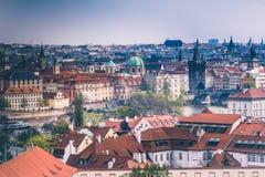 Πανοραμική άποψη των στεγών και των θόλων της Πράγας cesky τσεχική πόλης όψη δημοκρατιών krumlov μεσαιωνική παλαιά Ευρώπη Στοκ Φωτογραφίες