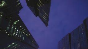 Πανοραμική άποψη των σύγχρονων ουρανοξυστών φιαγμένη από γυαλί Εξισώνοντας, κανένας άνθρωπος απόθεμα βίντεο