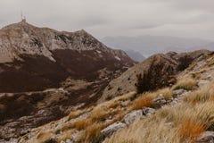 Πανοραμική άποψη των υψηλότερων αιχμών του εθνικού πάρκου βουνών Lovcen στο νοτιοδυτικό Μαυροβούνιο - Εικόνα στοκ φωτογραφία