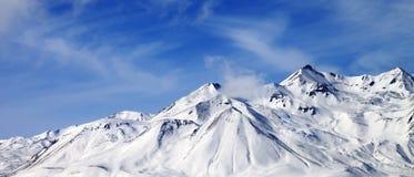 Πανοραμική άποψη των χειμερινών χιονωδών βουνών στη θυελλώδη ημέρα Στοκ Φωτογραφία