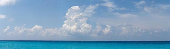 Πανοραμική άποψη των όμορφων άσπρων σύννεφων, του μπλε ουρανού και της τυρκουάζ θάλασσας ως πρότυπο, υπόβαθρο ή σκηνικό Στοκ φωτογραφία με δικαίωμα ελεύθερης χρήσης