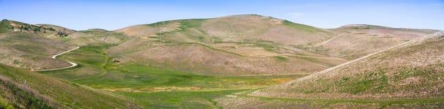 Πανοραμική άποψη των όμορφων λόφων και των κοιλάδων στοκ εικόνα