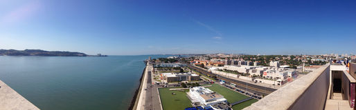Πανοραμική άποψη υποβάθρου του Belém της Λισσαβώνας από την κορυφή του μνημείου στις ανακαλύψεις Στοκ Εικόνες