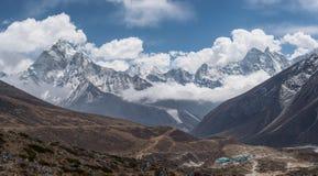Πανοραμική άποψη Ama Dablam και της αιχμής βουνών Kangtega από Thu Στοκ φωτογραφία με δικαίωμα ελεύθερης χρήσης