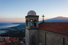 Πανοραμική άποψη Etna και του κόλπου Taormina στο ηλιοβασίλεμα από χυτός στοκ εικόνα με δικαίωμα ελεύθερης χρήσης
