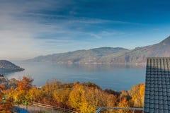 Πανοραμική λίμνη Thun άποψης στην Ελβετία apls κοντά στην πόλη του Ίντερλεικεν Στοκ Φωτογραφία
