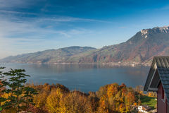Πανοραμική λίμνη Thun άποψης στην Ελβετία apls κοντά στην πόλη του Ίντερλεικεν Στοκ Εικόνες