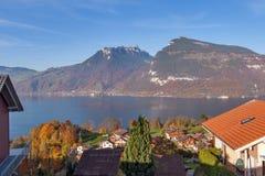 Πανοραμική λίμνη Thun άποψης στην Ελβετία apls κοντά στην πόλη του Ίντερλεικεν Στοκ Φωτογραφίες