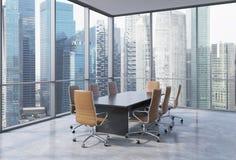 Πανοραμική αίθουσα συνδιαλέξεων στο σύγχρονο γραφείο στη Σιγκαπούρη Καφετιές καρέκλες και ένας μαύρος πίνακας Στοκ εικόνα με δικαίωμα ελεύθερης χρήσης