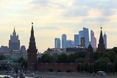 Πανοραμική εικονική παράσταση πόλης της Μόσχας Σκιαγραφίες των κτηρίων της Μόσχας στο υπόβαθρο ουρανού βραδιού Στοκ Εικόνες