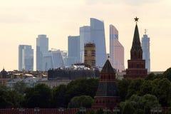 Πανοραμική εικονική παράσταση πόλης της Μόσχας Σκιαγραφίες των κτηρίων της Μόσχας στο υπόβαθρο ουρανού βραδιού Στοκ Φωτογραφίες