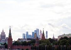 Πανοραμική εικονική παράσταση πόλης της Μόσχας Σκιαγραφίες των κτηρίων της Μόσχας στο υπόβαθρο ουρανού βραδιού Κρεμλίνο στο υπόβα Στοκ Εικόνες