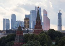 Πανοραμική εικονική παράσταση πόλης της Μόσχας Σκιαγραφίες των κτηρίων της Μόσχας στο υπόβαθρο ουρανού βραδιού Κρεμλίνο στο υπόβα Στοκ Φωτογραφίες