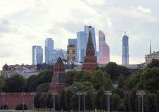 Πανοραμική εικονική παράσταση πόλης της Μόσχας Σκιαγραφίες των κτηρίων της Μόσχας στο υπόβαθρο ουρανού βραδιού Κρεμλίνο στο υπόβα Στοκ Εικόνα