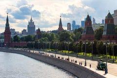 Πανοραμική εικονική παράσταση πόλης της Μόσχας Σκιαγραφίες των κτηρίων της Μόσχας στο υπόβαθρο ουρανού βραδιού Κρεμλίνο στο υπόβα Στοκ φωτογραφία με δικαίωμα ελεύθερης χρήσης