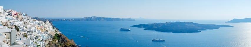 Πανοραμική εναέρια άποψη ματιών πουλιών του άσπρων κτηρίου, του ουρανού και της θάλασσας στο νησί Santorini, Oia, Ελλάδα Στοκ εικόνα με δικαίωμα ελεύθερης χρήσης