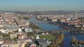 Πανοραμική εναέρια άποψη της Πράγας και της γέφυρας του Charles απόθεμα βίντεο