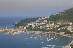 Πανοραμική εναέρια άποψη της πόλης Budva, του κόλπου με τις βάρκες και τα γιοτ και των απόψεων της παλαιάς πόλης μια ηλιόλουστη η στοκ εικόνες