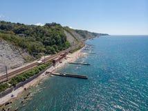 Πανοραμική θέα της παραλίας πόλεων, σιδηροδρομικός σταθμός του χωριού gizel-Dere μια καυτή ηλιόλουστη θερινή ημέρα στοκ φωτογραφίες