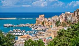 Πανοραμική θέα Castellammare del Golfo, όμορφο χωριό κοντά Trapani, στη Σικελία, Ιταλία στοκ φωτογραφία
