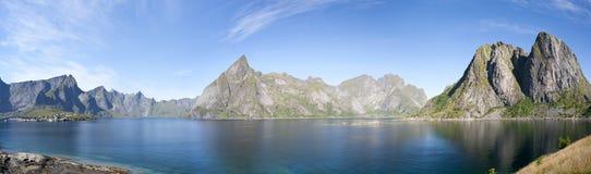 Πανοραμική θερινή άποψη των νησιών Lofoten κοντά σε Moskenes, Νορβηγία Στοκ φωτογραφία με δικαίωμα ελεύθερης χρήσης