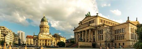 Πανοραμική πλατεία Gendarmenmarkt με το γερμανικό καθεδρικό ναό στοκ εικόνα με δικαίωμα ελεύθερης χρήσης