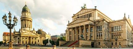 Πανοραμική πλατεία Gendarmenmarkt με το γερμανικό καθεδρικό ναό στοκ φωτογραφία