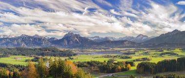 Πανοραμική σκηνή στη Βαυαρία, Γερμανία, με τα βουνά και τη λίμνη Στοκ Εικόνα