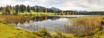 Πανοραμική σκηνή στη Βαυαρία, Γερμανία, με τα βουνά που αντανακλούν στη λίμνη Στοκ Εικόνες