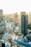Πανοραμική σύγχρονη άποψη ματιών πουλιών πόλεων με το δραματικό ουρανό ανατολής και πρωινού Στοκ Εικόνες