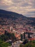 Πανοραμική σύγχρονη άποψη του Σαράγεβου άνωθεν στοκ εικόνες
