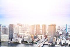 Πανοραμική σύγχρονη εναέρια άποψη ματιών πουλιών οικοδόμησης εικονικής παράστασης πόλης του κόλπου Odaiba και της γέφυρας ουράνιω Στοκ φωτογραφίες με δικαίωμα ελεύθερης χρήσης