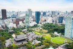 Πανοραμική σύγχρονη εναέρια άποψη ματιών πουλιών οριζόντων πόλεων με τη λάρνακα ναών zojo-ji από τον πύργο του Τόκιο κάτω από τη  Στοκ φωτογραφία με δικαίωμα ελεύθερης χρήσης
