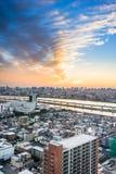 Πανοραμική σύγχρονη εναέρια άποψη ματιών πουλιών οριζόντων πόλεων με το βουνό Φούτζι κάτω από τη δραματική πυράκτωση ηλιοβασιλέμα Στοκ φωτογραφία με δικαίωμα ελεύθερης χρήσης