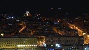 Πανοραμική τοπ άποψη νύχτας του λιμένα, τοπικά κτήρια με το φωτισμό, βουνά στην όμορφη πόλη του Μεσσήνη απόθεμα βίντεο