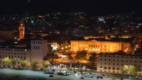 Πανοραμική τοπ άποψη νύχτας των τοπικών κτηρίων με τα φω'τα, βουνά στην όμορφη πόλη του Μεσσήνη, Σικελία, Ιταλία φιλμ μικρού μήκους