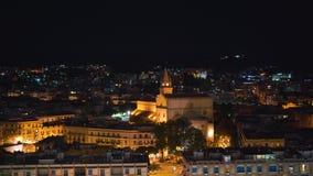 Πανοραμική τοπ άποψη νύχτας των τοπικών κτηρίων με τα φω'τα, βουνά στην όμορφη πόλη του Μεσσήνη, Σικελία, Ιταλία απόθεμα βίντεο
